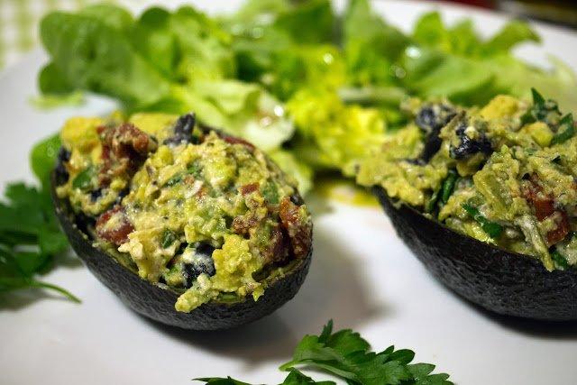 schnell gemachte low carb gef llte avocado mit oliven und tomaten. Black Bedroom Furniture Sets. Home Design Ideas