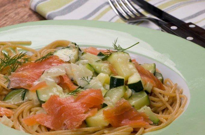 Spaghetti mit Zucchini-Sahne-Soße und Räucherlachs