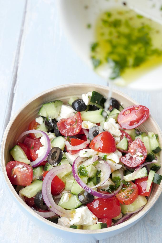 Low Carb griechischer Salat mit leichtem Dressing aus Olivenöl und Zitronensaft