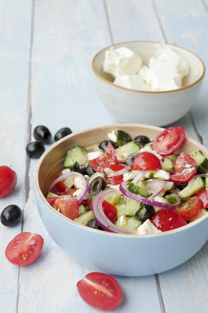 Sommersalat mit Oliven, Gurke, Tomaten und Feta