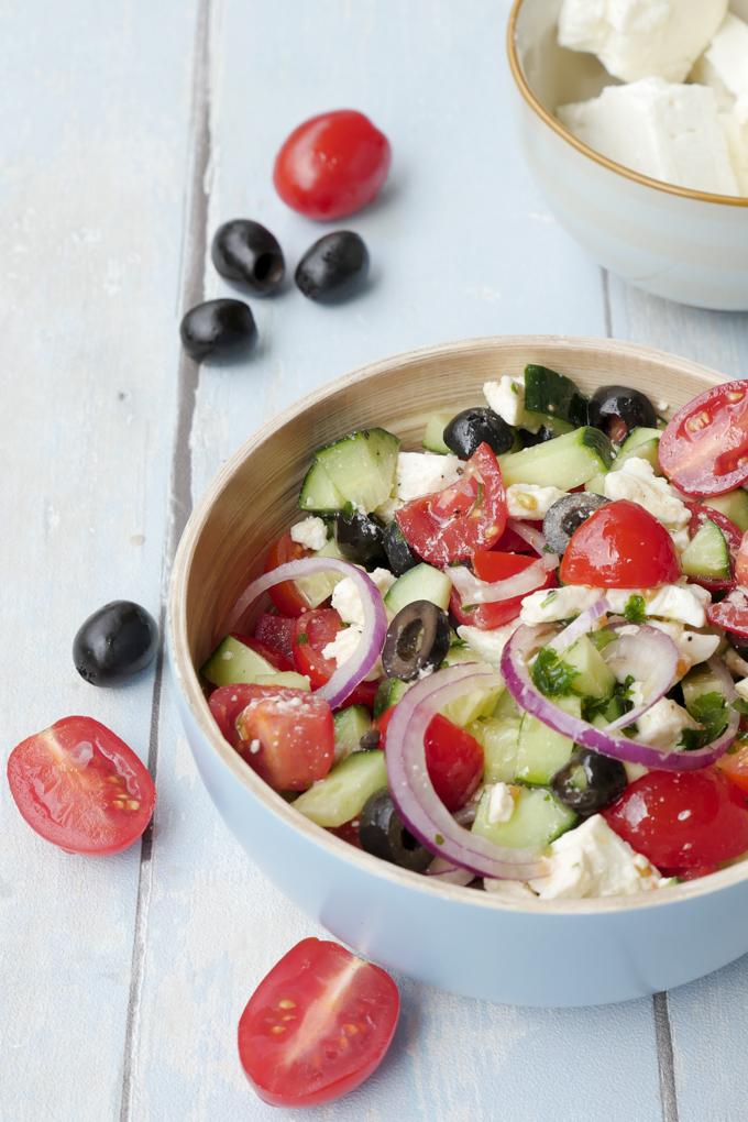 Griechischer Salat mit Tomaten, Gurke, Oliven und Feta