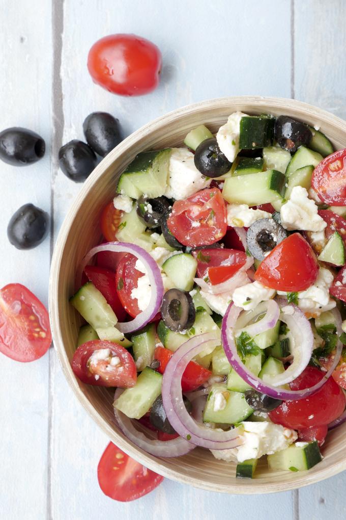 Griechischer Salat mit Gurken, Tomaten, Feta, Oliven und Zwiebeln - im Handumdrehen zubereitet und eine knackige Grillbeilage