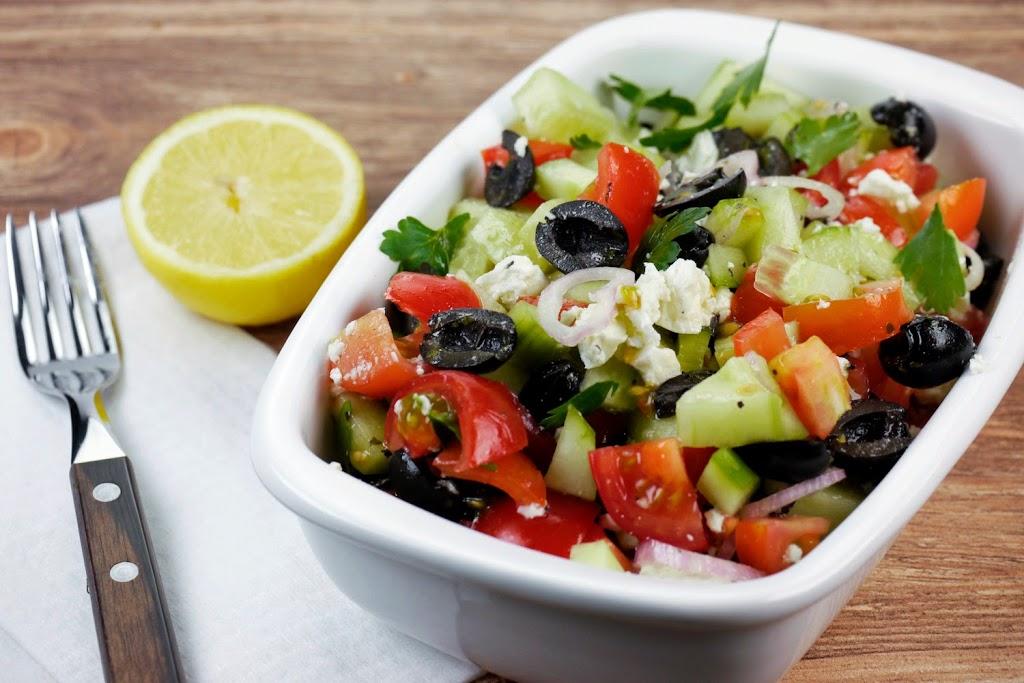 griechischer salat mit tomaten gurken oliven und feta. Black Bedroom Furniture Sets. Home Design Ideas
