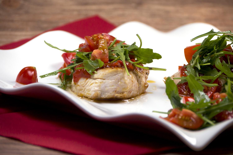 Schnelles Low Carb Hähnchen mit Ajvar, Rucola und Tomaten