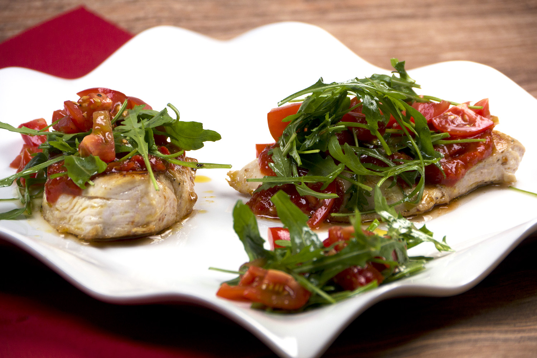 Pikantes Low Carb Hähnchenbrustfilet mit Ajvar, Ruccola und Tomaten