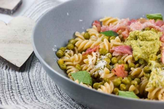 Nudeln mit Erbsen-Ricotta-Püree, Parmesan, Minze und Speck