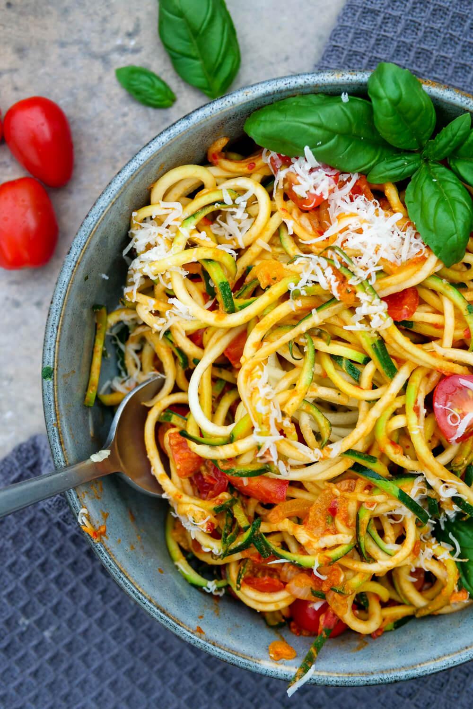 Low Carb Zucchini-Spaghetti mit Frischkäse, Ajvar und Tomaten