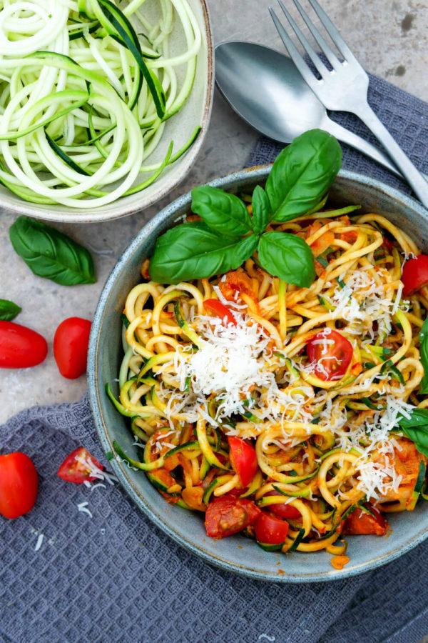 Zucchininudeln mit Tomaten, Frischkäse, Basilikum und Parmesan