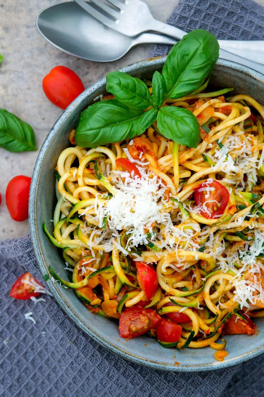 Zucchininudeln mit Tomaten, Frischkäse, Ajvar, Basilikum und Parmesan