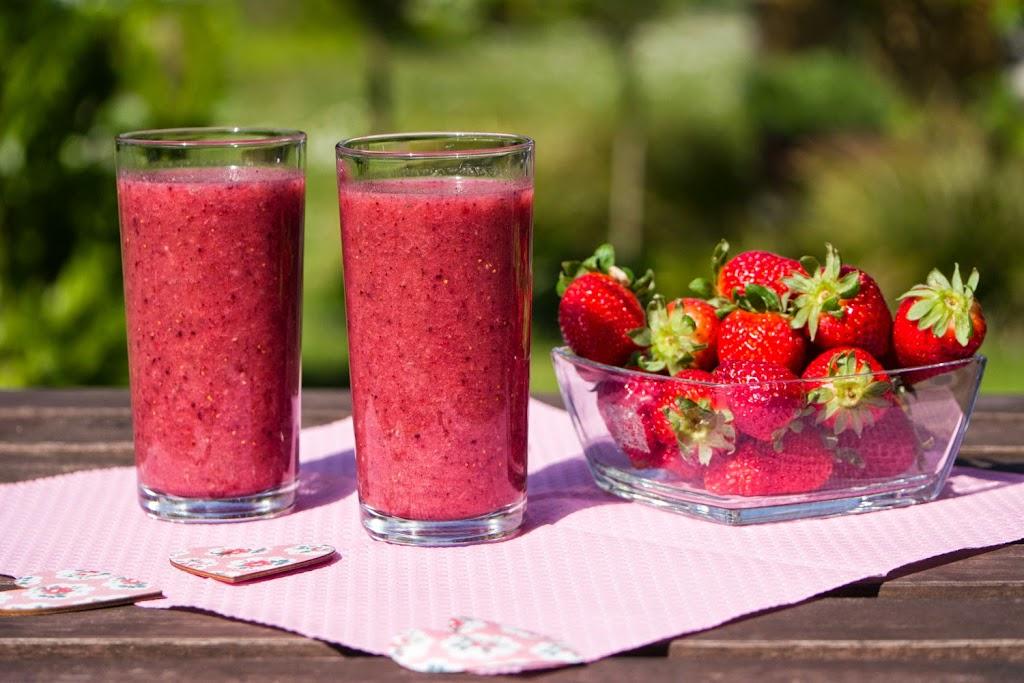 Powerdrink mit Erdbeeren, Kokoswasser, Chia-Samen und Acai-Pulver