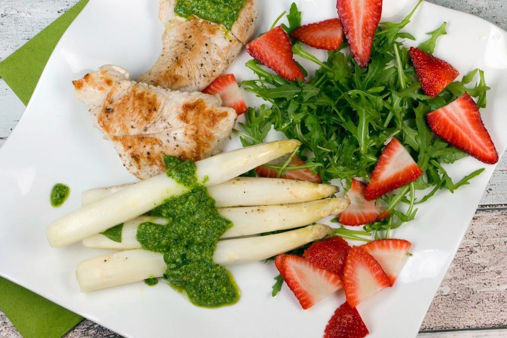 Spargel in Alufolie gegart mit Putenfilets und Basilikum-Rucola-Pesto