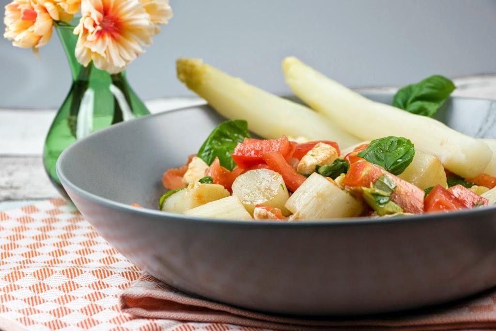 Spargelsalat mit tomaten und basilikum