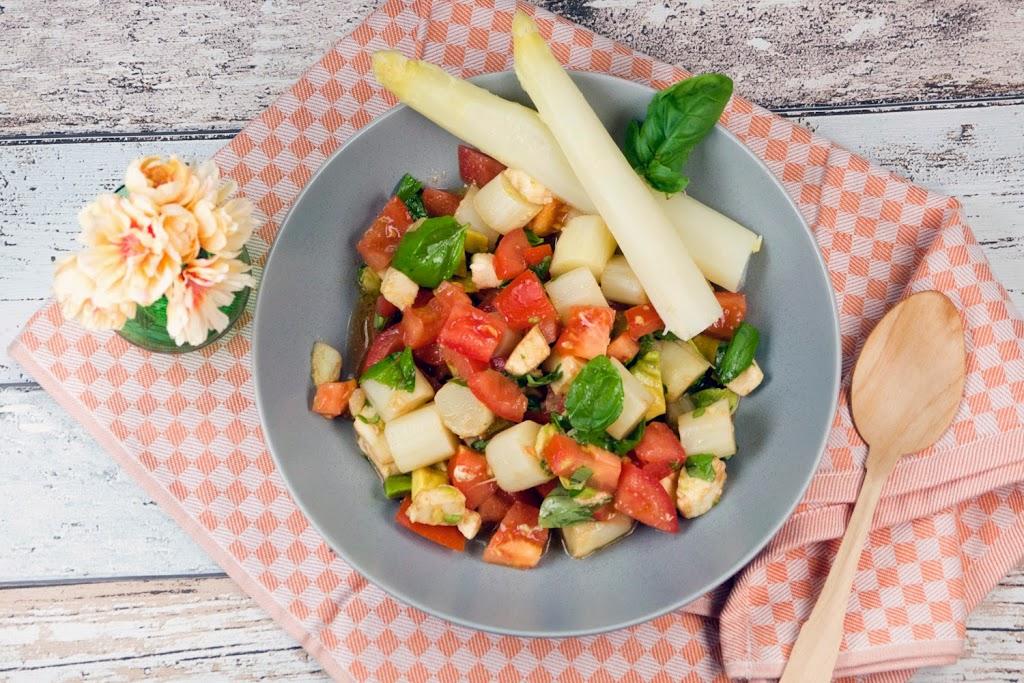 Italienischer Spargelsalat mit Tomaten, Mozzarella und Avocado