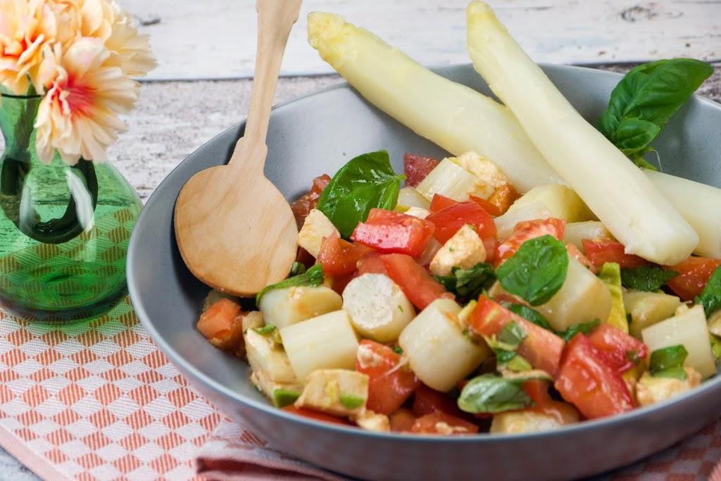 Rezept: Italienischer Spargelsalat mit Tomaten, Mozzarella und Avocado