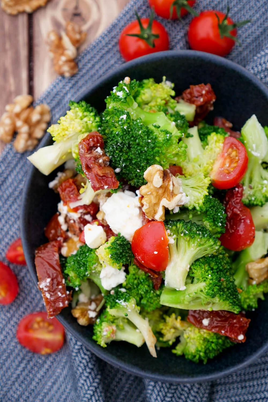 Schneller und gesunder Brokkolisalat mit getrockneten Tomaten, Walnüssen, Feta und Tomaten