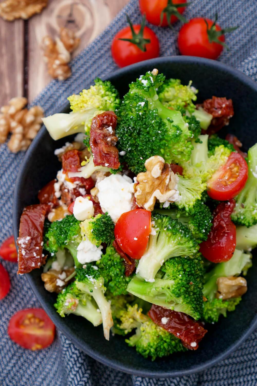 Meal Prep Salat für die Mittagspause im Büro: Brokkoli-Salat mit getrockneten Tomaten, Feta und Walnüssen