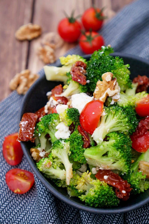 Low Carb Brokkolisalat mit Tomaten, Feta, Walnüssen und getrockneten Tomaten - ein toller Salat für das Low Carb Abendessen