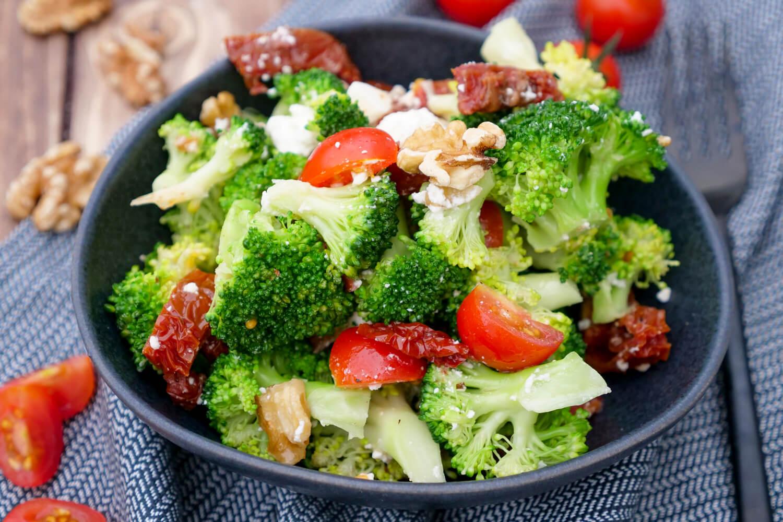 Brokkolisalat mit getrockneten Tomaten und Walnüssen