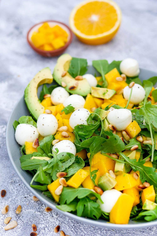 Schneller Rucola-Mango-Salat mit Avocado, Mozzarella und Pinienkernen - ein gesundes Salatrezept für den Sommer