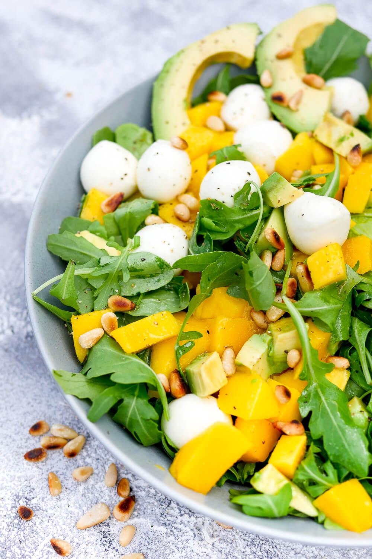 Fruchtiger Sommersalat mit Mango, Rucola, Avocado und Pinienkernen