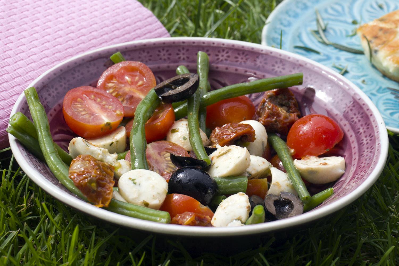 bohnensalat mit getrockneten tomaten oliven und mozzarella. Black Bedroom Furniture Sets. Home Design Ideas
