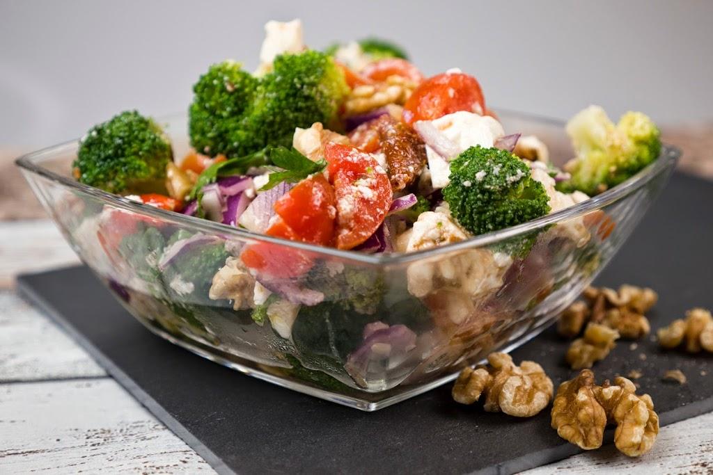 [Low Carb] Brokkolisalat mit getrockneten Tomaten, Walnüssen und Petersilie