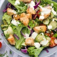 Frühlingssalat mit Hähnchen und Zucchini