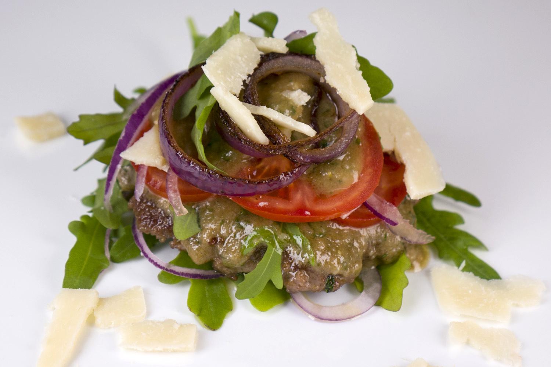 [Low Carb] Brotloser Hamburger mit Rucola, Parmesandressing, Tomaten und roten Zwiebeln
