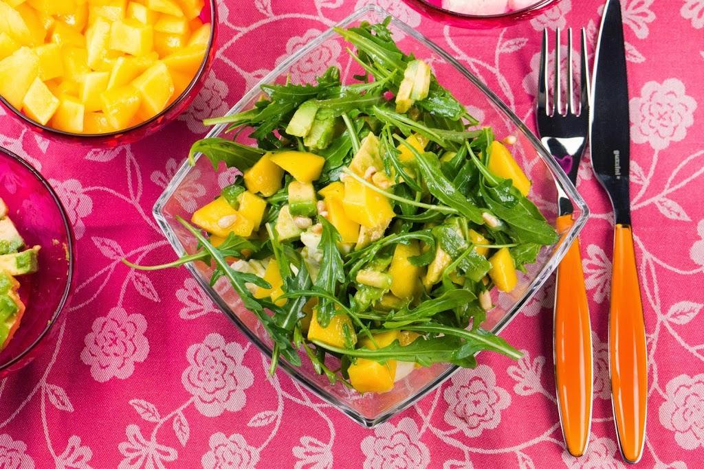 rucola mango salat mit pinienkernen und orangendressing. Black Bedroom Furniture Sets. Home Design Ideas