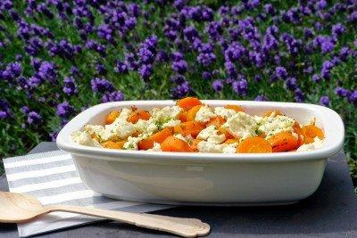 Im Ofen gebackenes Möhrengemüse mit Speck und Feta