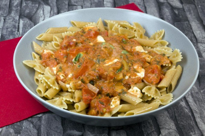 Pasta mit sommerlicher Tomaten-Mozzarella-Sauce