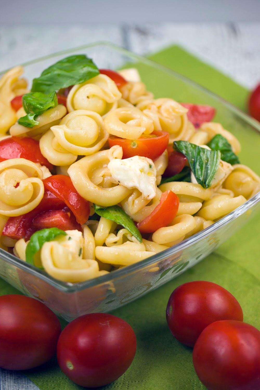 Schneller Nudelsalat Caprese mit Tomaten, Mozzarella und Basilikum