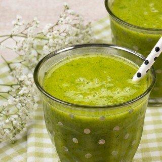 Grüner Smoothie mit Mango, Bananen und Spinat