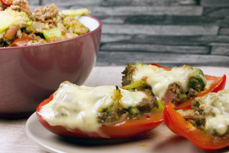 Low Carb gefüllte Paprika mit Brokkoli-Hackfleisch-Füllung und Mozzarella
