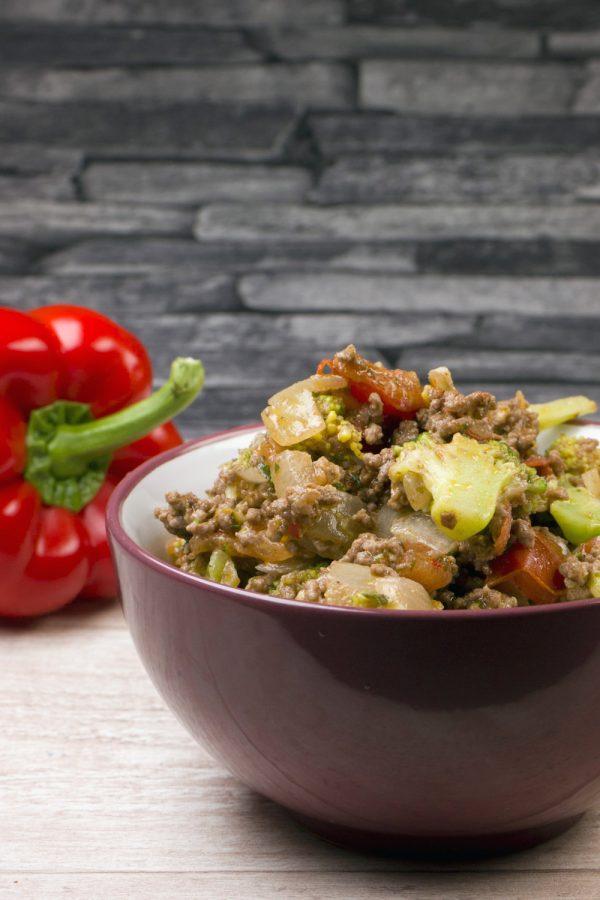 Schnelle Low Carb Brokkoli-Hackfleisch-Pfanne - ein leckeres und gesundes Feierabendrezept