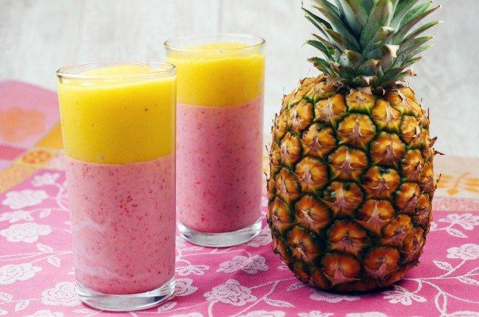 Erdbeer-Mango-Bananen-Smoothie mit Kokosmilch