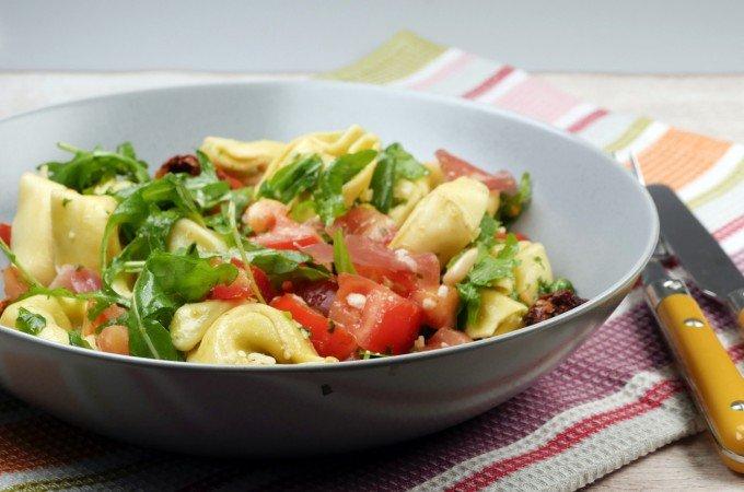 Tortellinisalat mit Rucola und getrockneten Tomaten