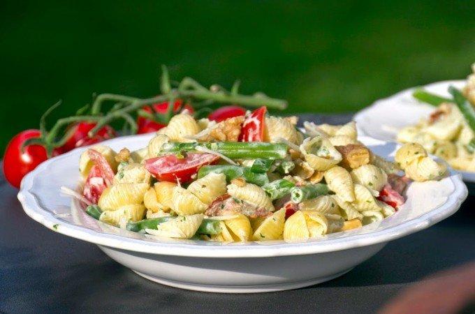Nudelsalat mit Bohnen, Tomaten und Walnüssen