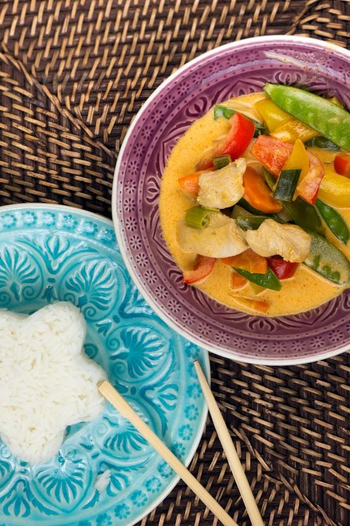 20-Minuten Thai-Curry mit Hähnchen, Zuckerschoten, Paprika und cremiger Kokosmilch