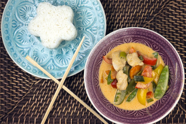 20 Minuten Rezept für Rotes Thai-Curry mit Hähnchen, Zuckerschoten, Bambussprossen und Paprika
