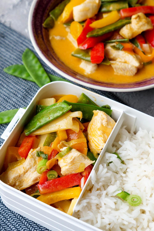 Einfaches Rezept für thailändisches rotes Curry mit Hähnchen, Kaiserschoten und Paprika