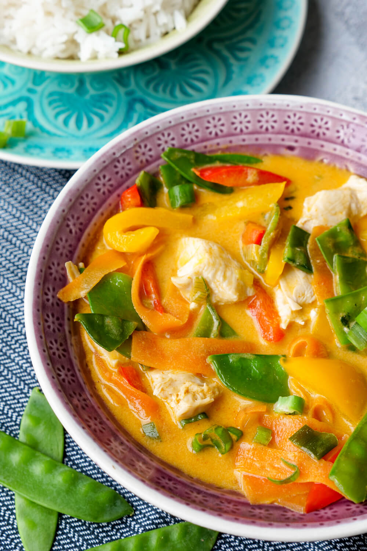 Rotes Thai-Curry mit Hähnchen, Möhren, Kaiserschoten und Paprika - ein 20-Minuten-Rezept