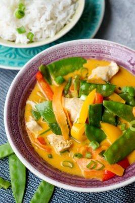 Rotes Curry mit Kokosmilch, Hähnchen, Kaiserschoten, Möhren und Paprika