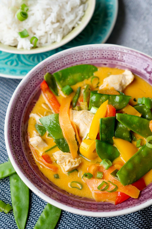 Thailändisches Curry mit Hähnchen, Paprika, Kaiserschoten und Möhren - ein schnelles 20 Minuten Rezept