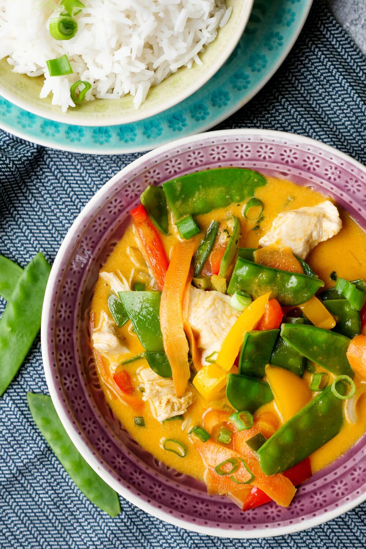 Rotes Thai-Curry mit Hähnchen, Kaiserschoten und Paprika - ein schnelles 20-Minuten-Rezept
