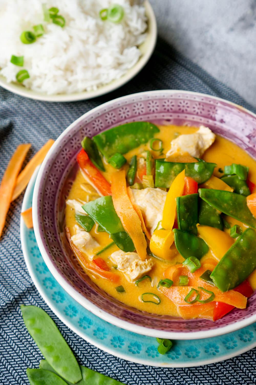 20 Minuten Rezept für Rotes Thai-Curry mit Hähnchen, Kaiserschoten, Möhren und Paprika