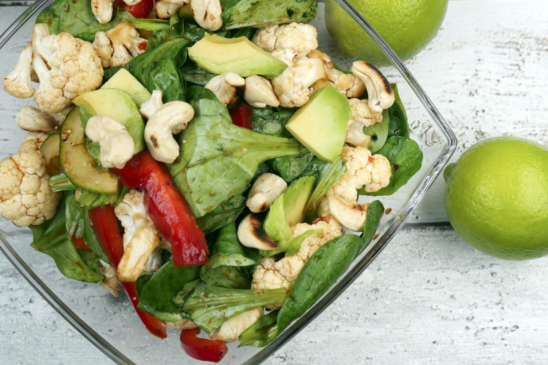 Low Carb Blumenkohlsalat mit Cashewkernen und Avocado