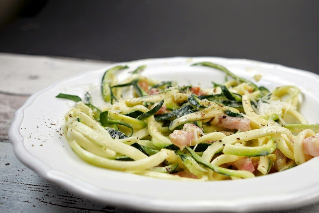 Zoodles in Carbonara-Sauce und Speck Low Carb
