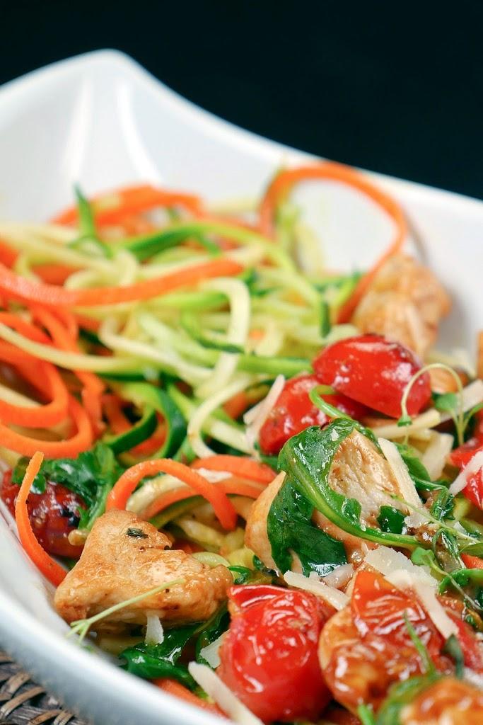 Schnelle Low Carb Gemüsenudeln mit Hähnchen, Rucola und Parmesan