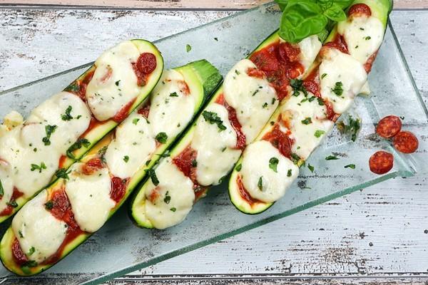 Gefüllte Zucchini mit Tomaten und Salami